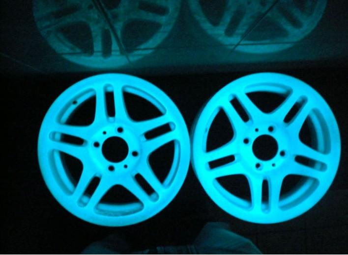 Светящиеся диски накапливают свет каждый день и светятся в темноте без подсветки