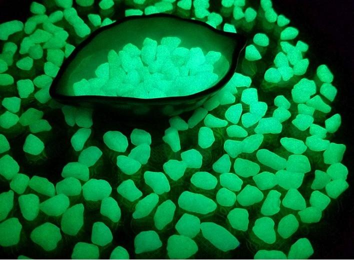 Светящиеся камешки, окрашенные люминесцентной краской Noxton Exterior