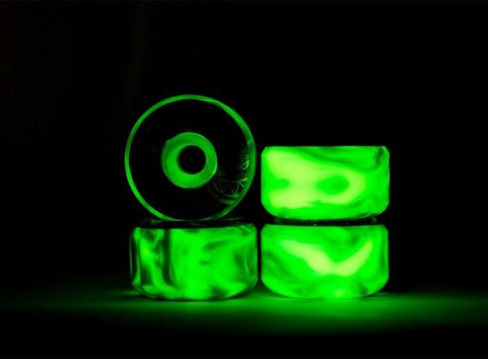 Люминофор ТАТ 33 создает автономную подсветку колесам для скейта