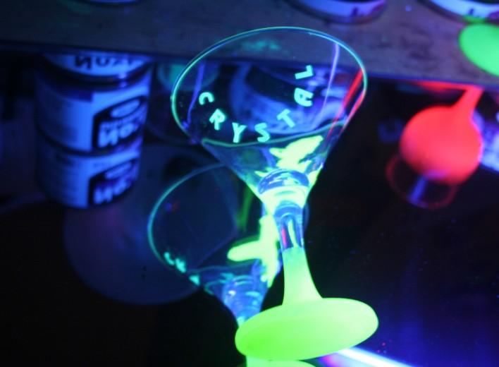 Светящиеся бокалы, покрашенные пульверизатором, обладают однородным свечением
